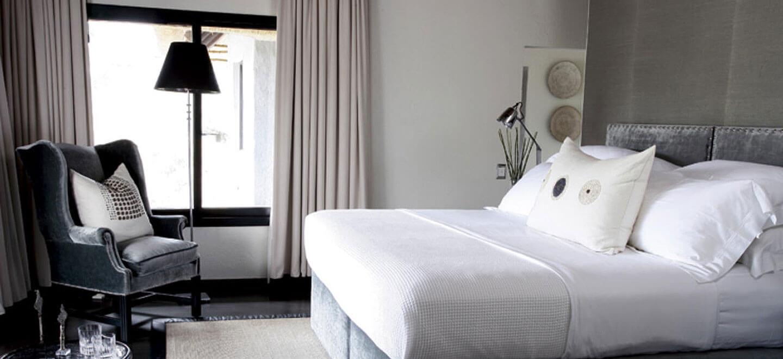 Londolozi-South-Africa-gay-travel-luxury-safari-gay-friendly-resort-South-Africa-gay-honeymoon-granite-bed