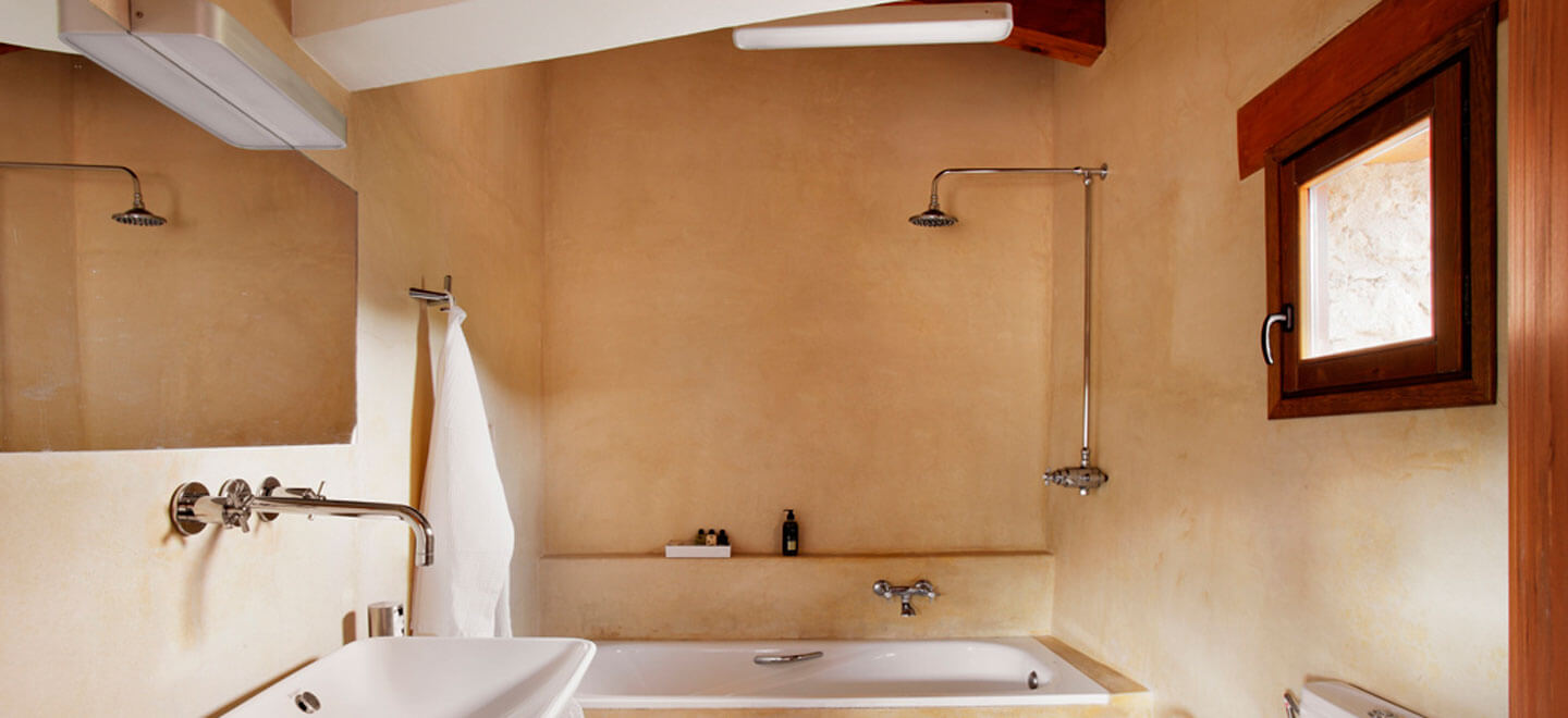 Mas-de-la-Serra-Honeymoon-luxury-Hotel-in-Spain-Gay-Vacation-Spain-Aargon-Mountains-bathroom