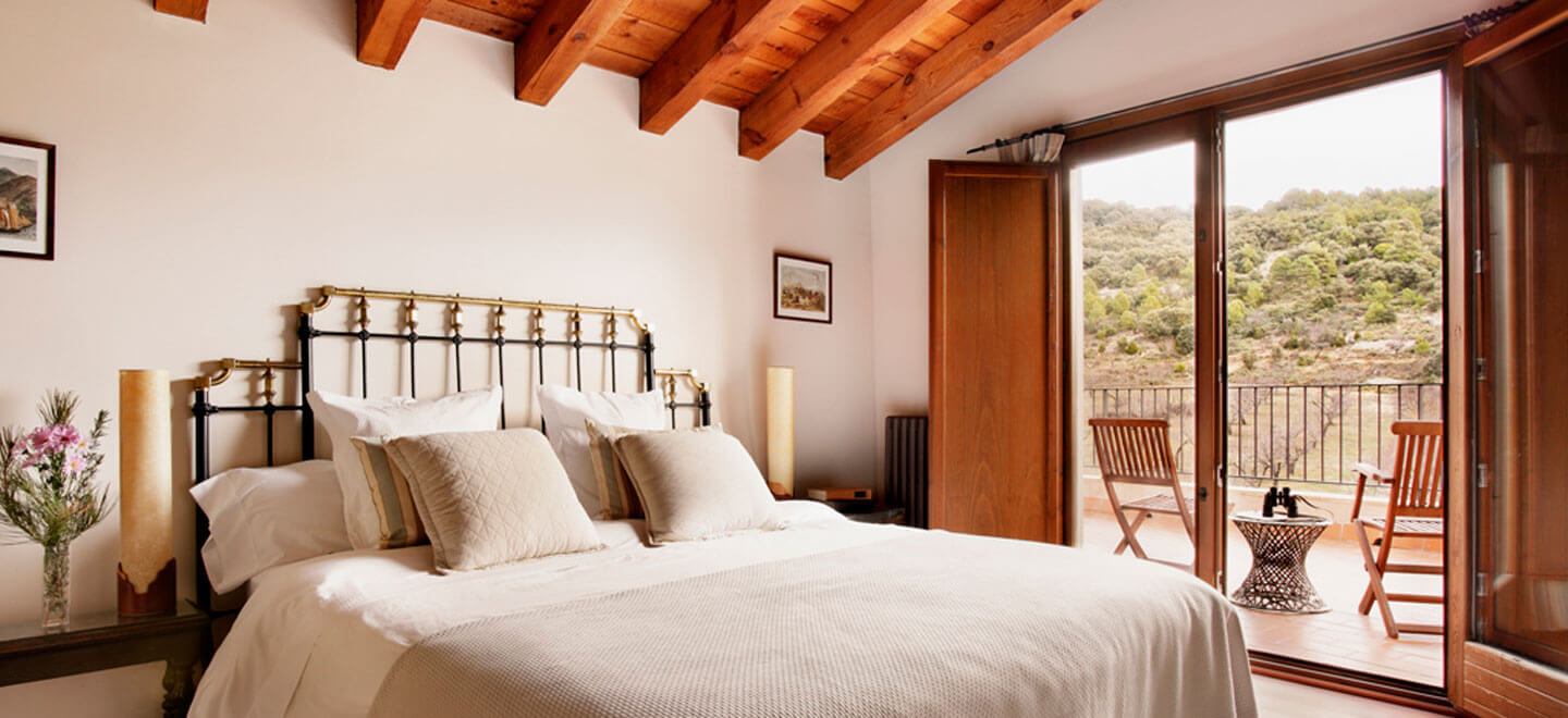 Mas-de-la-Serra-Honeymoon-luxury-Hotel-in-Spain-Gay-Vacation-Spain-Aargon-Mountains-bed-view