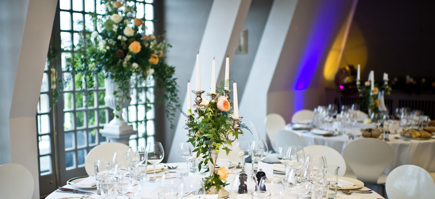 Shakespeares-Globe-London-wedding-venue-theatre-wedding-SE1-table-layout