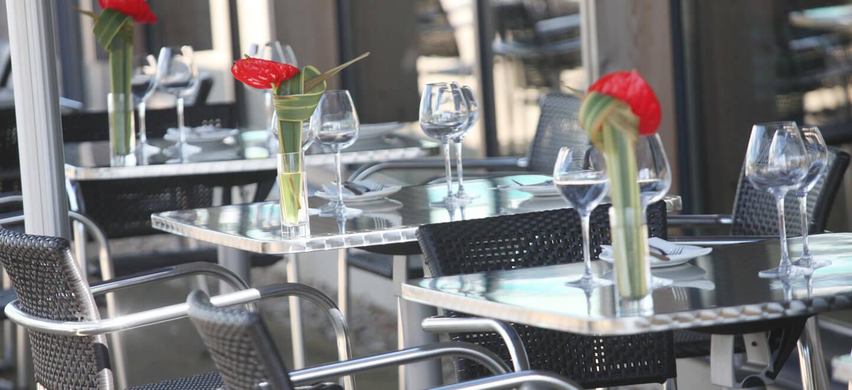 Dining-tables-at-wedding-venue-Holiday-Inn-Reading-gay-friendly-wedding-venue