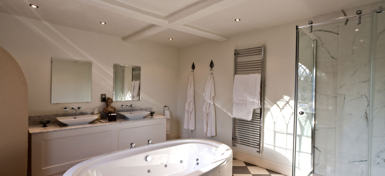 honeymoon-suite-bathroom-at-Warwick-House-luxury-gay-weddiung-venue-in-Warwickshire